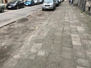 ul. Małachowskiego przed remontem - nierówny chodnik i dziurawa jezdnia