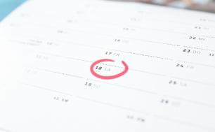 kalendarz z zaznaczoną na czerwono datą