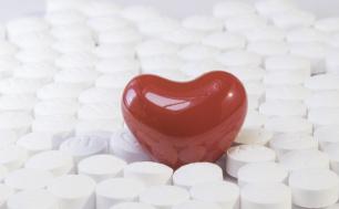 Na zdjęciu widzimy serce umieszczone wśród tabletek