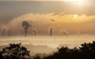 zdjęcie wschodu słońca i smogu