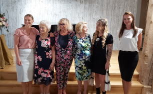 Na zdjęciu widzimy 6 kobiet, Wiceprezydentkę Słupska, Laureatkę w Kategorii Zwyczajny -Niezwyczajny Senior, radną Sejmiku Wojewódzkiego, Marianne Borawską z nagrodą Specjalną, przedstawicielkę Fundacji Pregresja i Wicedyrektorke MOPR, lauretkę w kategorii Pracodawca Przyjazny Seniorom