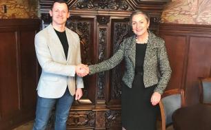 Marcin Pluta stoi razem z Krystyną Danilecką-Wojewódzką, Prezydent Miasta Słupska.