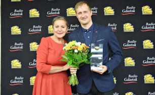 Krystyna Danilecka-Wojewódzka z Mantasem Cesnauskisem podczas wręczania nagród na gali Pomorskiego Okręgowego Związku Koszykówki