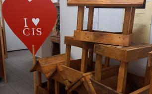 Fot. CIS FB. Na zdjęciu widzimy drewniane karmniki oraz serduszko z napisem I LOVE CIS