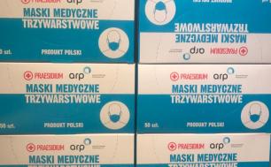 Na zdjęciu widzimy pudełka, w których spakowane jest po 50 sztuk maseczek jednorazowych medycznych