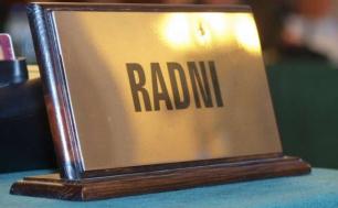 tabliczka z napisem Radni