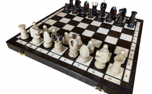 Biało-czarna szachownica z szachami