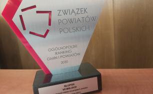 Na zdjęciu widzimy statuetkę, stojącą na stole z napisem Ogólnopolski Ranking Gmin i Powiatów 2020, Słupsk 7. miejsce w kategorii miasta na prawach powaitu. Wisła, 16 wrzesnia 2021 rok