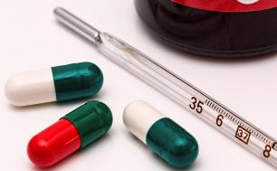 termometr rtęciowy oraz trzy tabletki