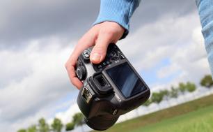 dłoń trzymająca aparat fotograficzny, fot. Pixabay