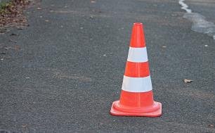 słupek ostrzegawczy na jezdni