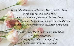 List dla Dyrektora MIejskiej Biblioteki Publicznej w Słupsku oraz Pracowników z okazji Dnia Bibliotekarza. Tekst taki jak w treści artykułu , delikatna grafika blado-różowych goździków położonych na otwartej książce.
