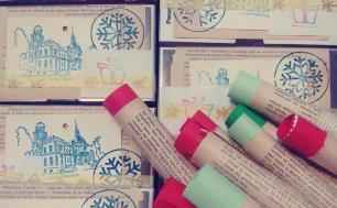 kredki pastelowe po prawej stronie, po lewej i u góry listy do Św. Mikołaja