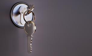 klucz w zamku od drzwi, szare ciemne tło