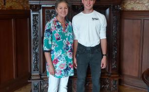 Na zdjęciu widzimy dwie osoby - Panią Prezydent i Absolwenta I LO - Jakuba Łozińskiego . Osoby widziane na zdjęciu stoją na tle szafy, uśmiechają się.