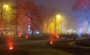 Na zdjeciu widzimy Park Sienkiewicza nocą - oświetlony w kolorach bieli i czerwieni
