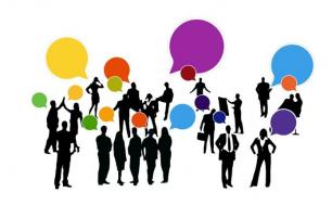 grafika prezentująca rozmawiające postacie, nad nimi różnokolorwe dymki konwersacji